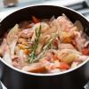 Passo 7: Tempere com sal, pimenta, alecrim e salsinha a gosto.
