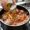 Passo 8: Acrescente o restante do azeite, misture bem e deixe cozinhar com a panela tampada..
