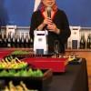 Junko Koshino mostrando a coleção de saquês artesanais do Japão, com embalagem e garrafa desenhadas por ela