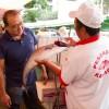 Chef Tsuchimoto confere o produto com seu fornecedor; confiança é essencial