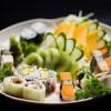 Combinado, do Kampai, oferece variedades de sushi de legumes e sashimi de frutas