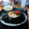 Black yakisoba: tinta de lula, ovo frito e benishoga, prato típico da cidade de Itoigawa, na província de Niigata