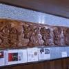Detalhe da decoração com entalhes em madeira feita pela senhora Miyako Matsui, do Kidoairaku