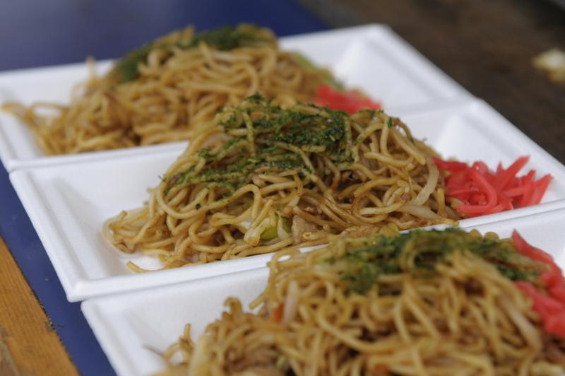 """Sauce yakisoba preparado pelo chef Shin Koike. Este prato não está no cardápio. Ele preparou especialmente para o evento """"Comida de Rua, Né"""", que aconteceu em maio"""