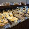 Self-service no mesmo estilo de uma padaria coreana e japonesa. Na foto, bancada de pães da Fresh Cake Factory