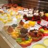 A vitrine variada e colorida mostra o trabalho minucioso da confeitaria. Foto: Sweet Deli Pâtisserie