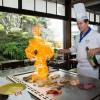 Um pouco de pirotecnia faz parte da arte do teppan-yaki, comandado com maestria pelo chef Israel de Oliveira
