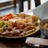 Teppan yaki completo, com carnes, legumes e frutos do mar grelhados no ponto certo, escoltados com um bem temperado yakimeshi