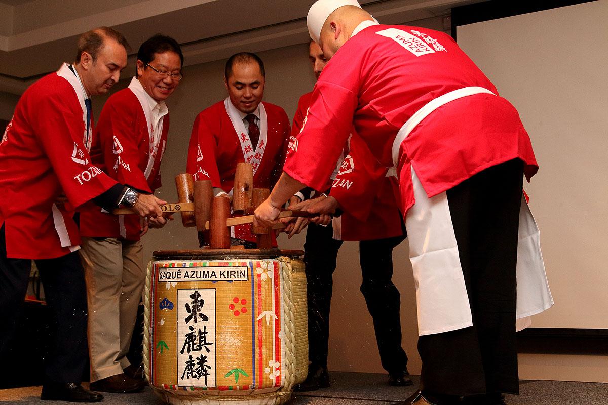 Kagami wari é um ritual comum em cerimônias de abertura de festivais que consiste na quebra da tampa do barril de saquê