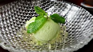 Sorvete de maçã verde com gelatina de saquê.