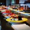 Um desfile de sushis coloridos