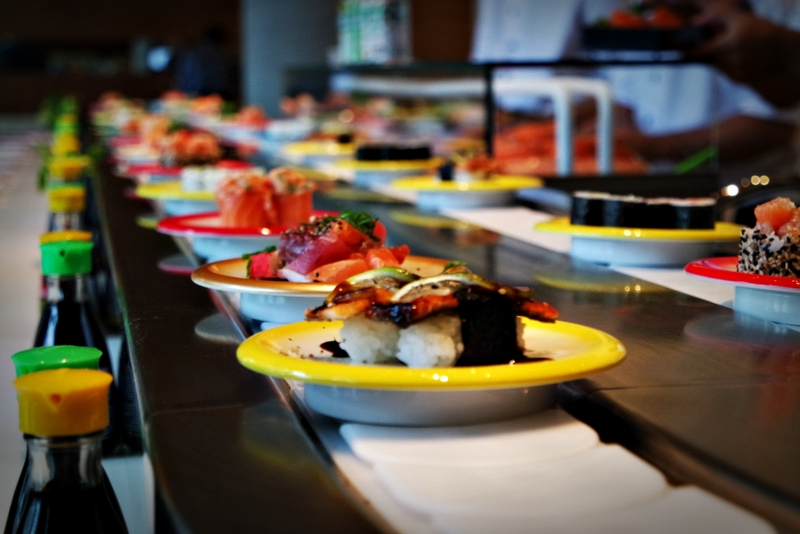 Um desfile de sushis coloridos - Foto: Jo Takahashi