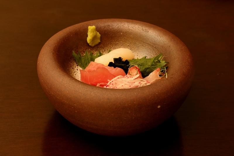 Sashimi servido com wasabi verdadeiro