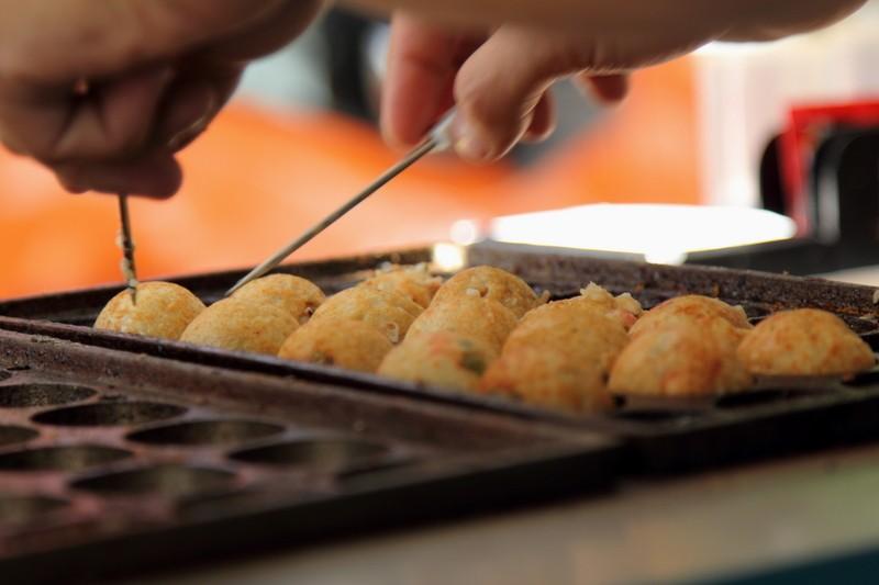 Takoyaki é uma das comidinhas de rua populares no Japão. O bolinho é cremoso e tem pedacinhos de polvo no recheio