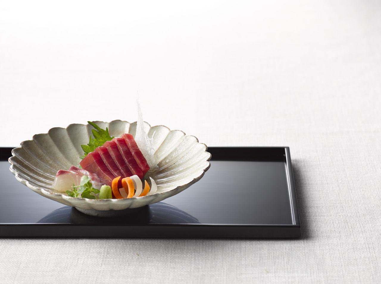 Sashimi, com o corte hirazukuri, preparado pelo chef Yanagihara