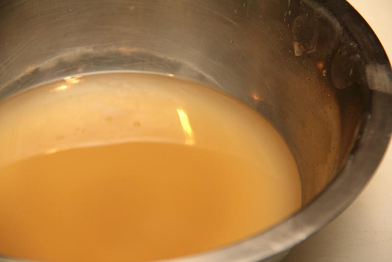 Em um bowl, misture a água e o tempero. - receita okonomiyaki