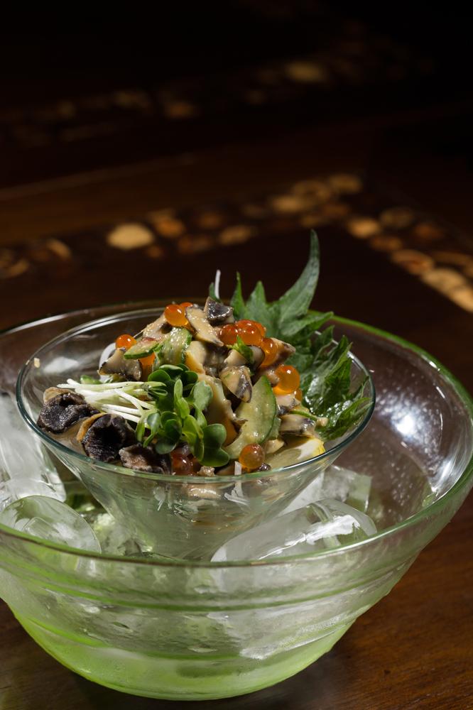 Tsubogai ao molho sumissô, com ovas de salmão e pepino