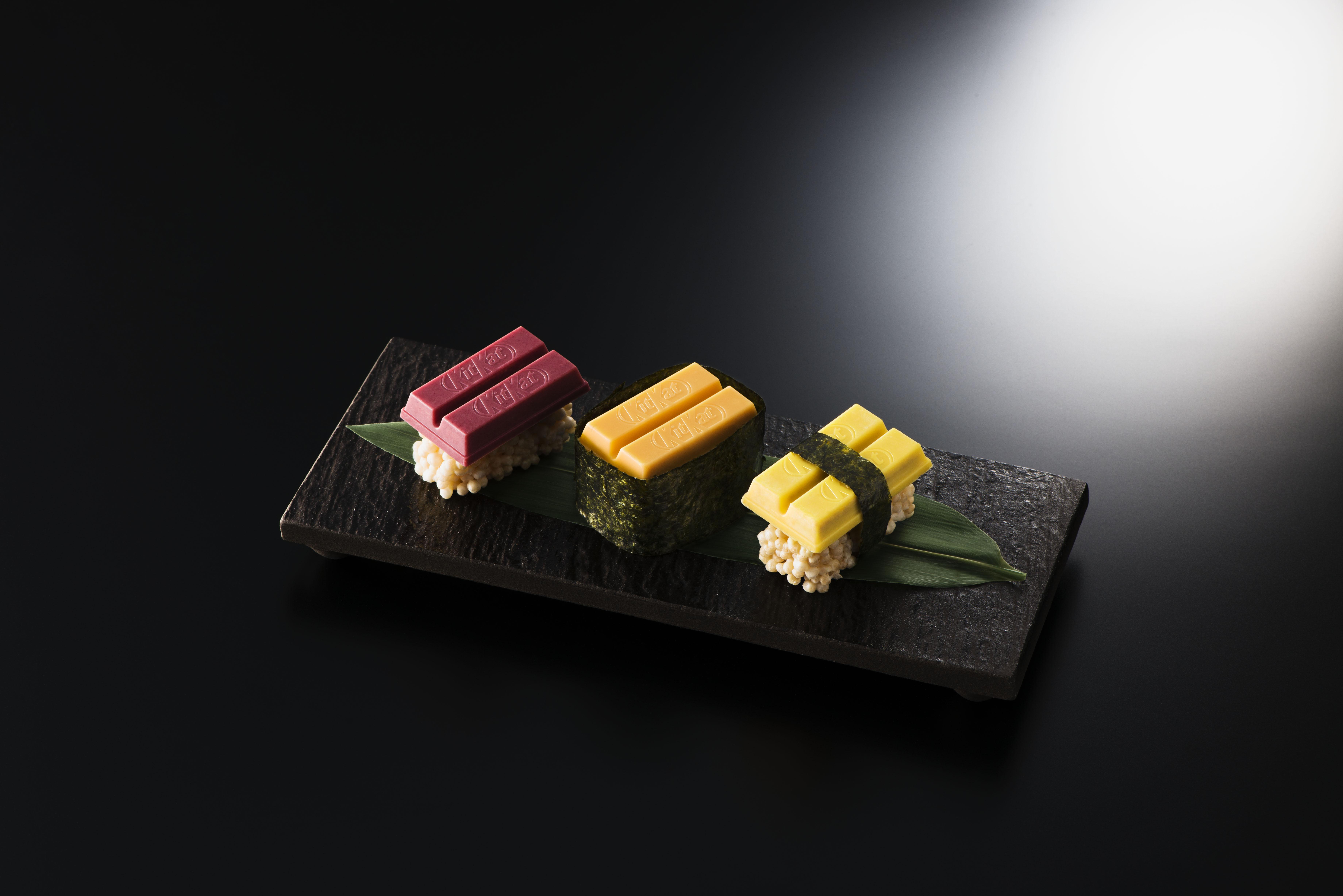 São três sabores representados: atum, ovas de ouriço e omelete.