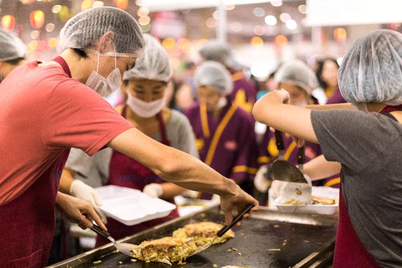 Okonomiyaki de Hiroshima e a culinária regional do Festival do Japão
