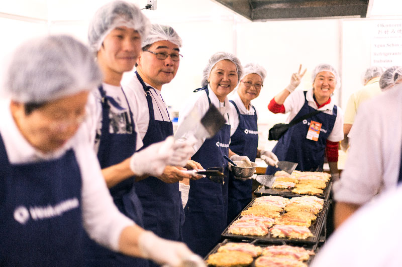 Voluntários no estande da província de Wakayama