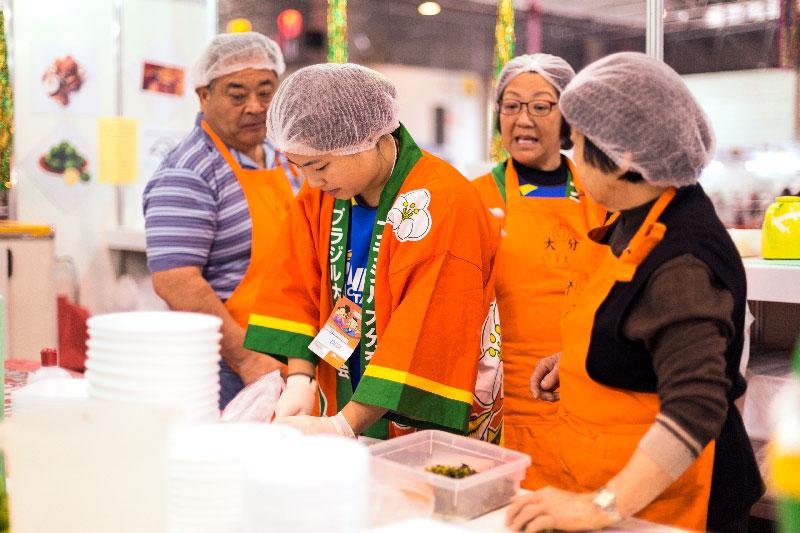 Voluntários da associação da província de Oita para divulgar a comida regional no Festival do Japão