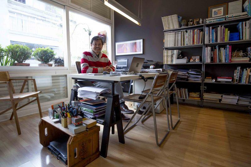 Naoki Otake em seu estúdio, no bairro da Consolação, em São Paulo