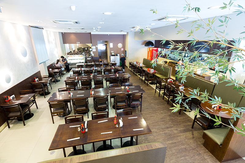 Salão do térreo do Espaço Kazu com restaurante