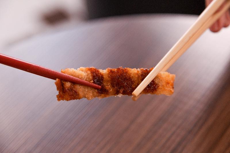 Errado! Não passe o alimento de um hashi para outro.