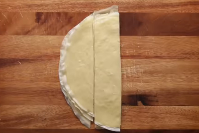 Para a montagem, corte as fatias de crepe em quatro partes