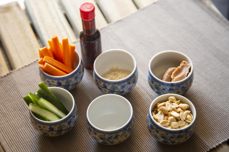 Separe os ingredientes para preparar os palitinhos de legumes e a pasta - receita palitinhos