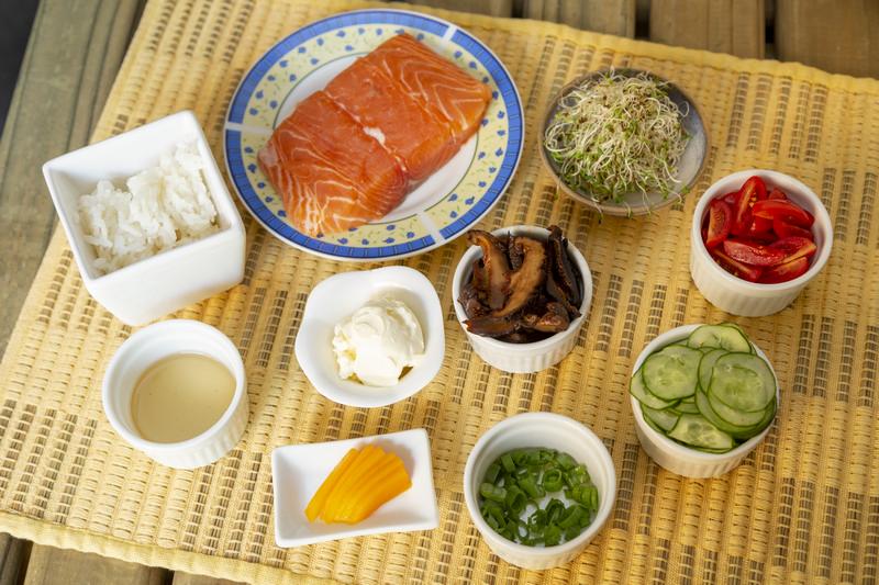 Ingredientes para preparar o sushi e tigelinha