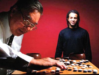 O experiente jogador de go Kazuo Watanabe, 67 anos, com o ainda iniciante Leandro Nascimento, 19 anos