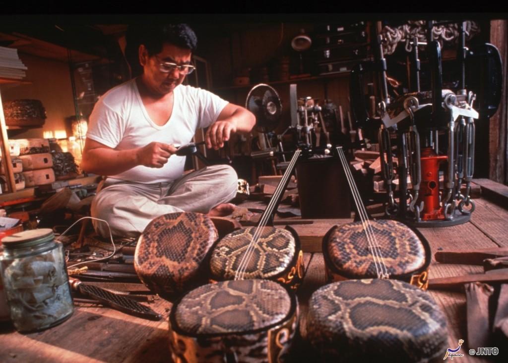 Sanshin, o instrumento de cordas de Okinawa. Foto: Okinawa Convention & Visitors Bureau/ JNTO