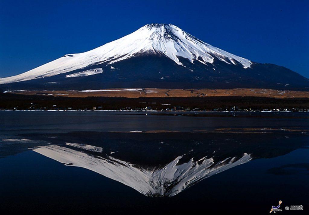 Fuji refletido no lago Kawaguchi, em Yamanashi