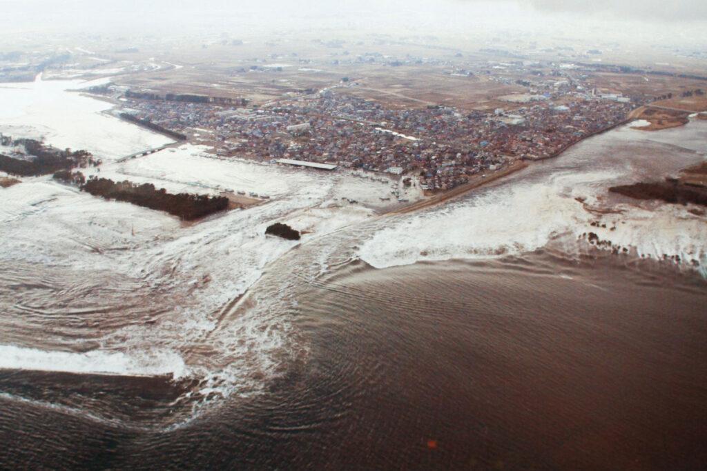 Tsunami no porto de Yuriage