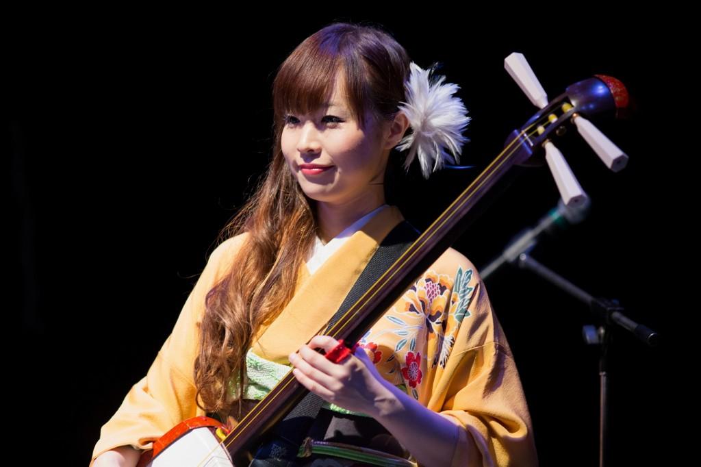 Chie Hanawa toca tsugaru shamisen desde os 9 anos