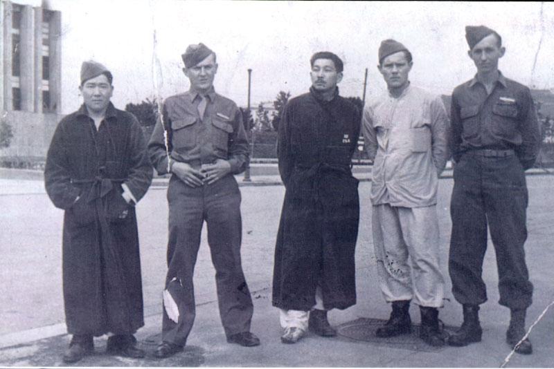 Kiyossi Hirata (à esq.) conheceu Raul Kodama (o 3º da esq. para a dir.) em Nápoles, quando estavam no hospital