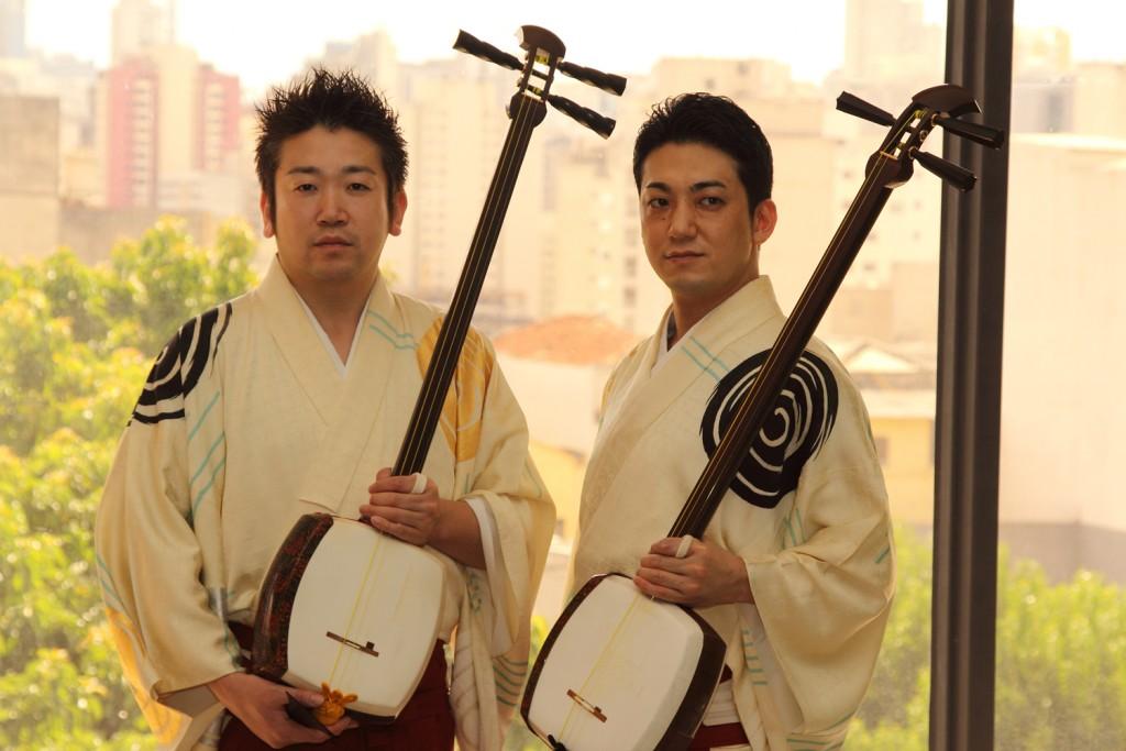 Ryoichiro e Ken'ichi Yoshida formam o duo Yoshida Brothers (Yoshida Kyodai)