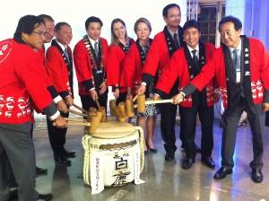 Autoridades e convidados participam do kagami-wari para marcar o início da gestão do novo presidente