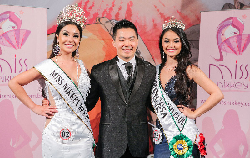 O coordenador do concurso Kendi Yamai com as vencedoras do Miss Nikkey Brasil e Miss Nikkey São Paulo 2016