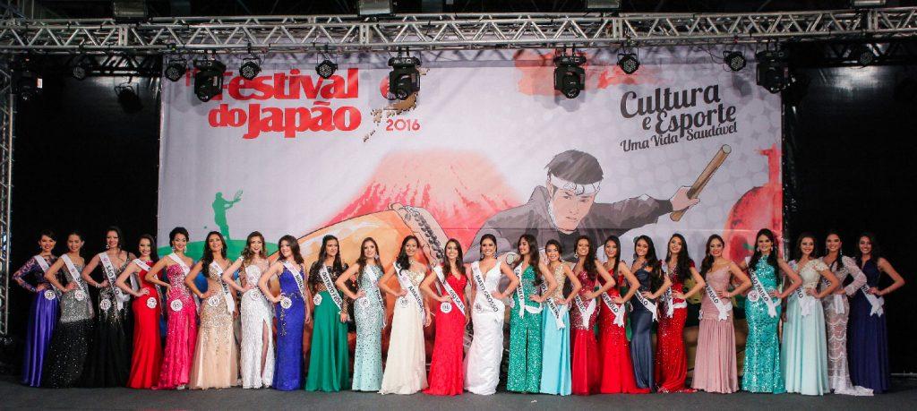 Desfile com traje de gala do concurso Miss Nikkey 2016
