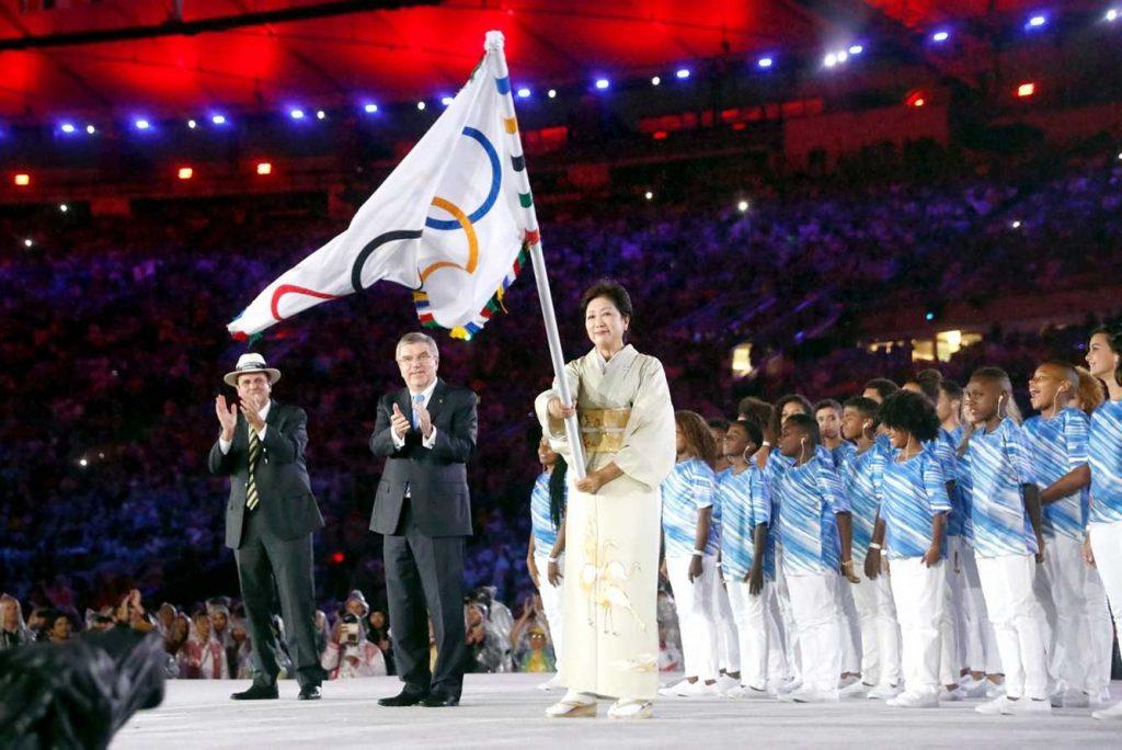 A governadora de Tokyo recebe a bandeira das Olimpíadas