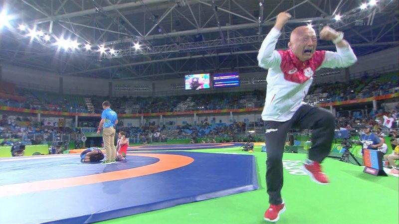 Kazuhito Sakae comemora a vitória de Eri Tosaka na final da categoria até 48 kg