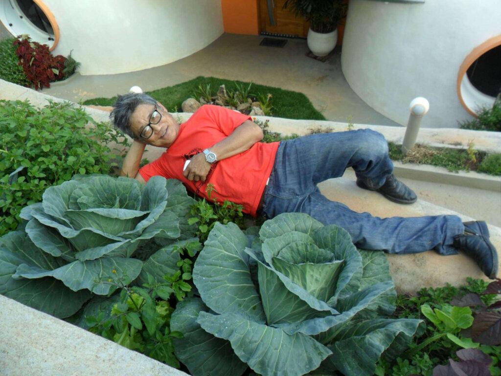 """Fundador da Ecovila Clareando, o engenheiro agrônomo Edson Hiroshi nos ensina a """"escutar a terra"""" e a cultivar horta orgânica em apartamentos ou sítios"""