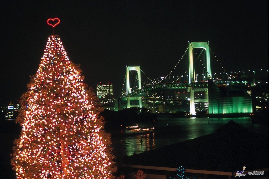 Árvore de Natal vista dos decks de Odaiba
