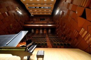Imagem do palco na sala de concertos Yamaha