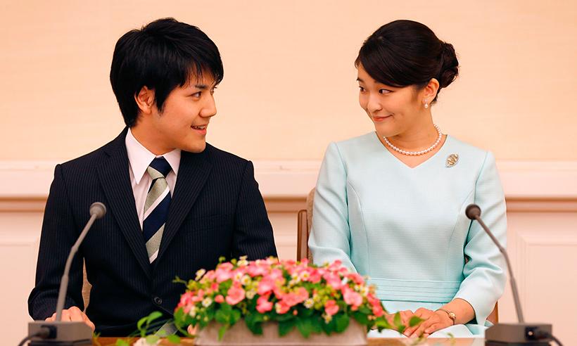 Kei Komuro e a princesa Mako em anúncio oficial do noivado