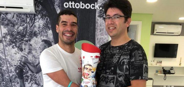 Nadador Daniel Dias recebe prótese com ilustração em mangá