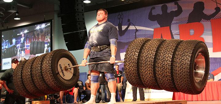 Levantamento terra (deadlift) em campeonato de StrongMan.