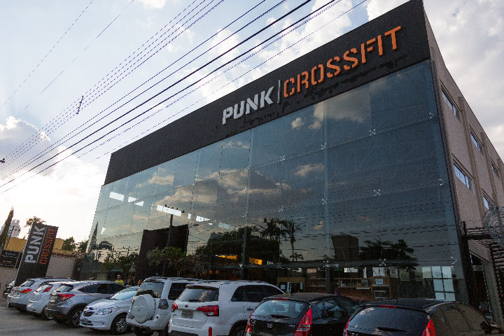 O box Punk CrossFit tem 1200 m²  e o head coach é Ricardo Prudente